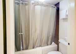 Motel 6 Mount Pleasant, TX - Mount Pleasant - Bathroom
