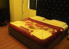 Hotel Cosmo - New Delhi - Bedroom
