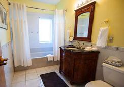 La Tourelle Hotel and Spa - Ithaca - Bathroom