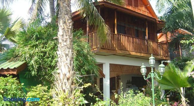 Golden Teak Home Resort - Saraphi - Building