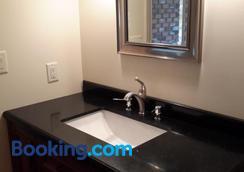 Casa Loma Bnb - Kelowna - Bathroom