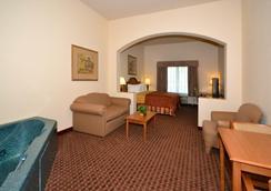 Best Western Casa Villa Suites - Harlingen - Bedroom