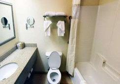 Baymont Inn & Suites Columbia Fort Jackson - Columbia - Bedroom