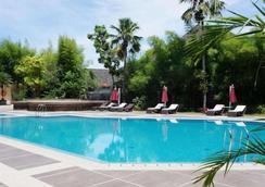 Kyriad Hotel Bumiminang - Padang - Pool