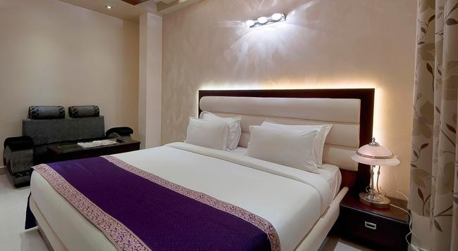 Central Residency Hotel - Varanasi - Bedroom