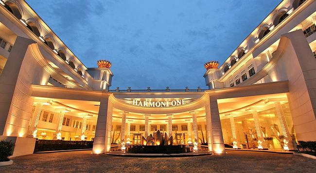 Harmoni One Convention Hotel & Service Apartments - Batam - Building
