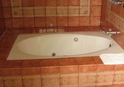 Walls Motel Long Beach - Long Beach - Bathroom
