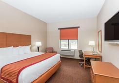 Baymont Inn & Suites Savannah/Garden City - Savannah - Bedroom