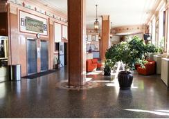 Riviera Hotel - Newark - Lobby