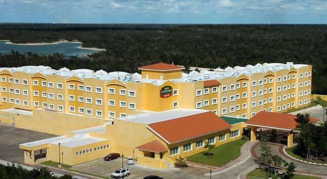 Courtyard by Marriott Cancun Airport - Cancun - Building