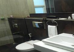 The Urban Hotel - Bangalore - Bathroom