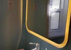 Hansen - Winnipeg - Bathroom