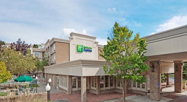 Holiday Inn Express Poughkeepsie - Poughkeepsie - Building