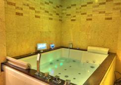 Six Seasons Hotel - Dhaka - Bathroom