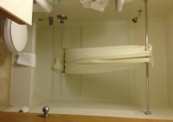 Days Inn & Suites Traverse City - Traverse City - Bathroom