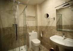 Grand Sapphire Hotel - Croydon - Bathroom