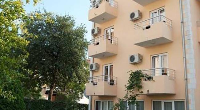Sun Hostel Budva - Budva - Building