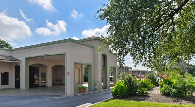 Econo Lodge - Austin - Building