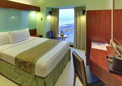 Microtel Inn & Suites by Wyndham Manila/At Mall of - Pasay - Bedroom