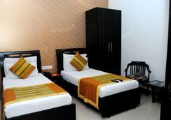 Hotel Universe Inn - New Delhi - Bedroom