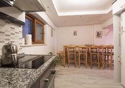 In House Hostel - Izmir - Kitchen