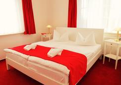 Hotel Pension Garni Schwalbenhof - Klausdorf (Mecklenburg-Vorpommern) - Bedroom