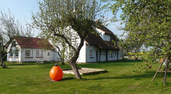 Hotel Pension Garni Schwalbenhof - Klausdorf (Mecklenburg-Vorpommern) - Building