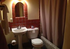 Pueblo Bonito Bed and Breakfast Inn - Santa Fe - Bathroom