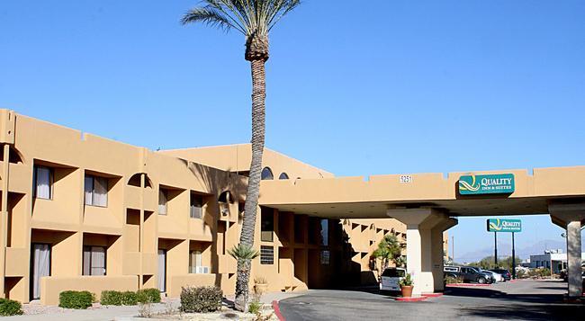 Quality Inn & Suites Airport North - Tucson - Building