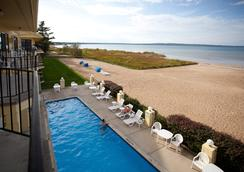 Pointes North Beachfront Hotel - Traverse City - Beach
