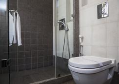 Fabhotel Midaas Comfort - Mumbai - Bathroom
