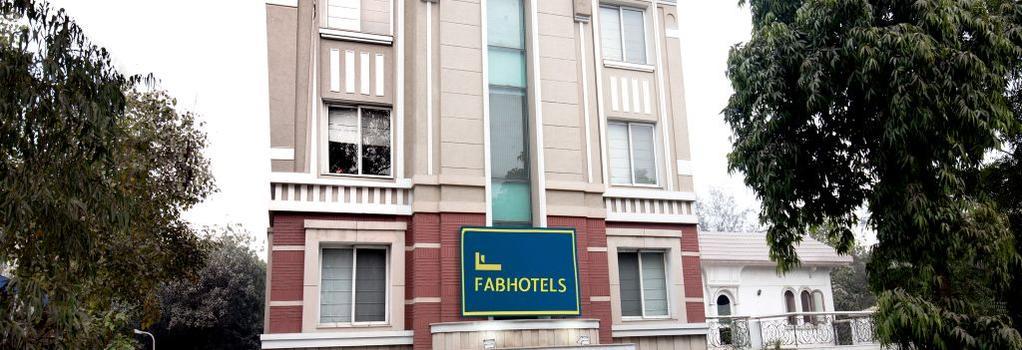 Hotel Mint Casa - New Delhi - Building