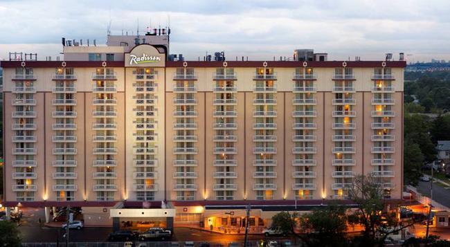 Radisson Hotel JFK Airport - Queens - Building
