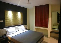 Hotel Dolphin International - Varanasi - Bedroom