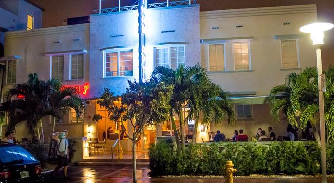 Beds n' Drinks Hostel - Miami Beach - Building
