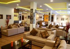 Weekend Hotel Apartments - Muscat - Lobby