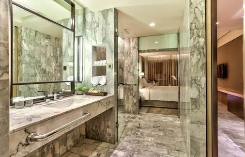 DoubleTree by Hilton Sukhumvit Bangkok - Bangkok - Bathroom