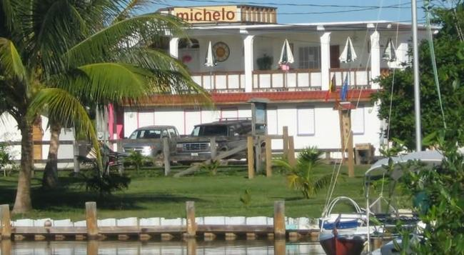 Michelo Suites - Placencia - Building