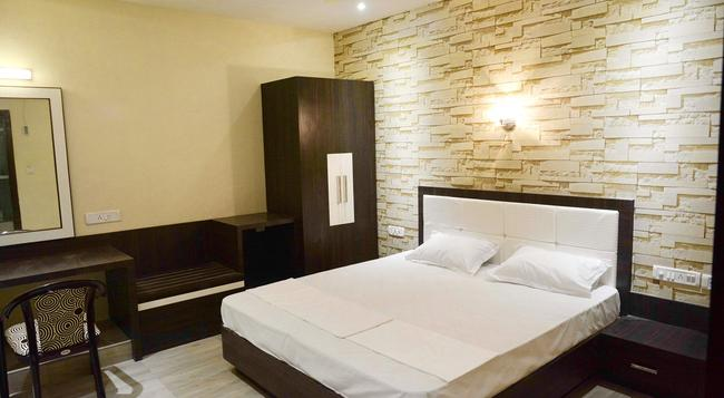 Royal Guest House - Varanasi - Bedroom