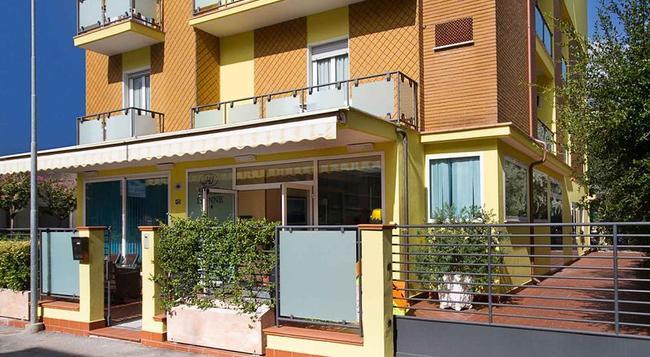 Hotel Ivonne Garnì - Rimini - Building