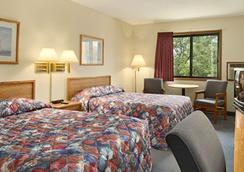Super 8 Green Bay Near Stadium - Green Bay - Bedroom
