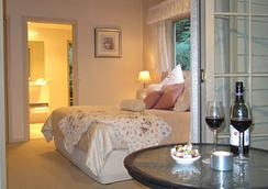 Myers Creek Cascades Luxury Cottages - Healesville - Bedroom
