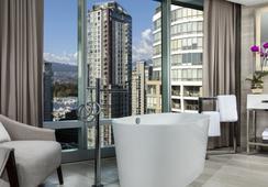 Trump International Hotel & Tower Vancouver - Vancouver - Bathroom