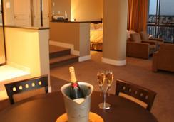 Century Plaza Hotel & Spa - Vancouver - Bedroom