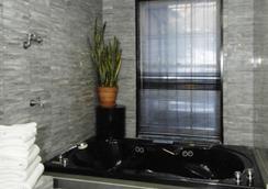Colonial House Inn - New York - Bathroom