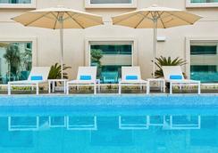 Hilton Garden Inn Dubai Mall Of The Emirates - Dubai - Pool