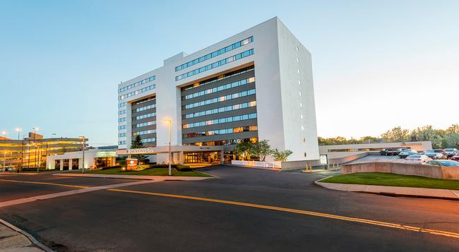 DoubleTree by Hilton Hotel Binghamton - Binghamton - Building