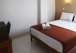 RedDoorz near Soekarno Hatta - Tangerang - Bedroom