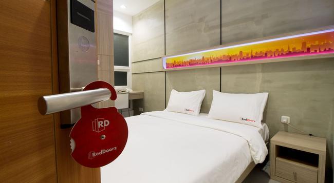 Reddoorz @ Setiabudi Eight - South Jakarta - Bedroom
