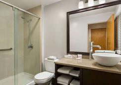 Days Inn Vancouver Downtown - Vancouver - Bathroom